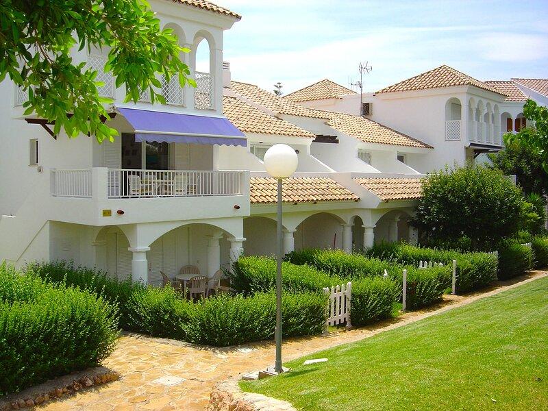 Apartamento con grandes piscinas y jardín privado, holiday rental in Alcala de Xivert