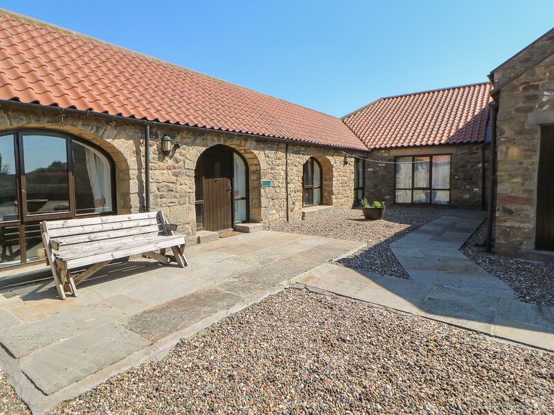 FOXHOLES, pet friendly, character holiday cottage, with a garden in Staindrop, casa vacanza a Ingleton