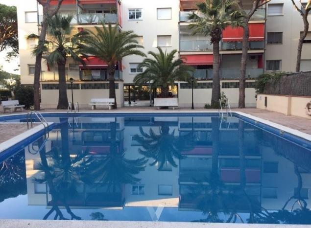 Apartamento cercano al mar con Piscina y dos dormitorios dobles, location de vacances à Castelldefels