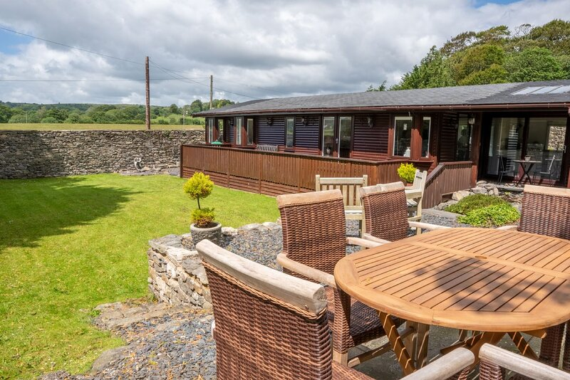 North Lodge - 3-Bedroom lodge with a lovely enclosed garden. 10-Minute walk to C, Ferienwohnung in Cartmel