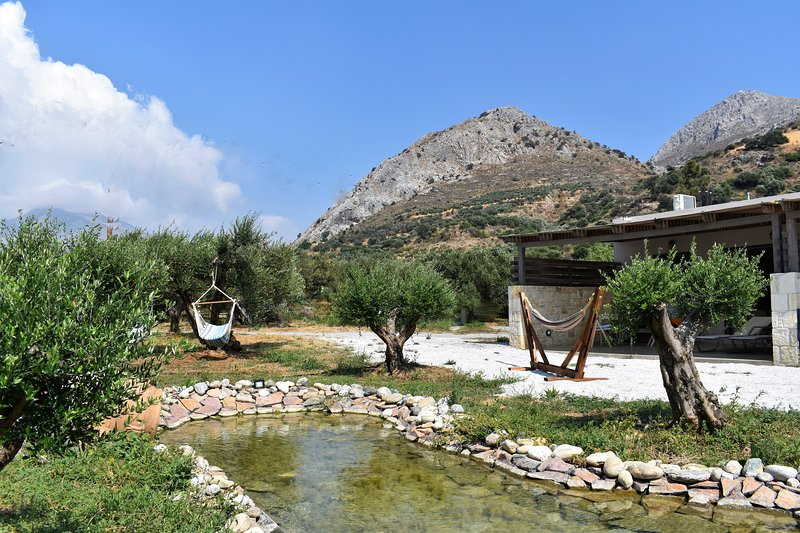 2bedroom apartment on a private farm, 1km away from the beach., holiday rental in Lefkogia