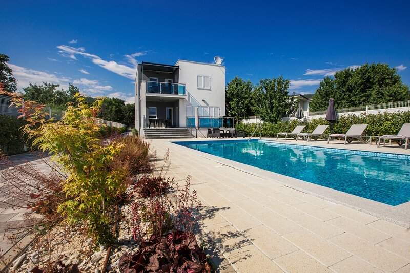 Villa Mandalina.HR - Simple Luxury with Pool, Tennis Court and Boccie Alley, vacation rental in Donji Prolozac