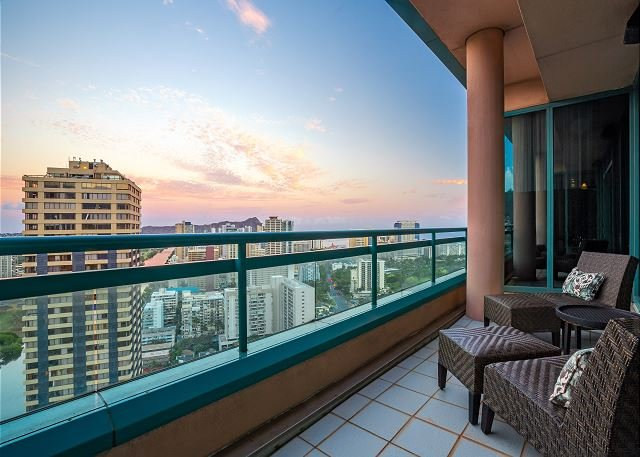 Breathtaking Waikiki Landmark Penthouse w/ Pools, Hot Tubs & Private Elevator, aluguéis de temporada em Honolulu