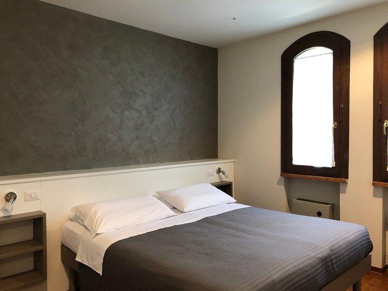 Grazioso appartamento bilocale dotato di tutti i comfort, a soli 250 m dal lago, aluguéis de temporada em Sirmione