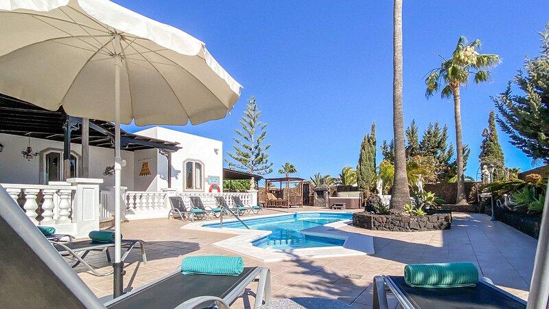 Luxury villa Autre Chose. A unique 4 bedroom family villa in Los Mojones, location de vacances à Puerto Del Carmen