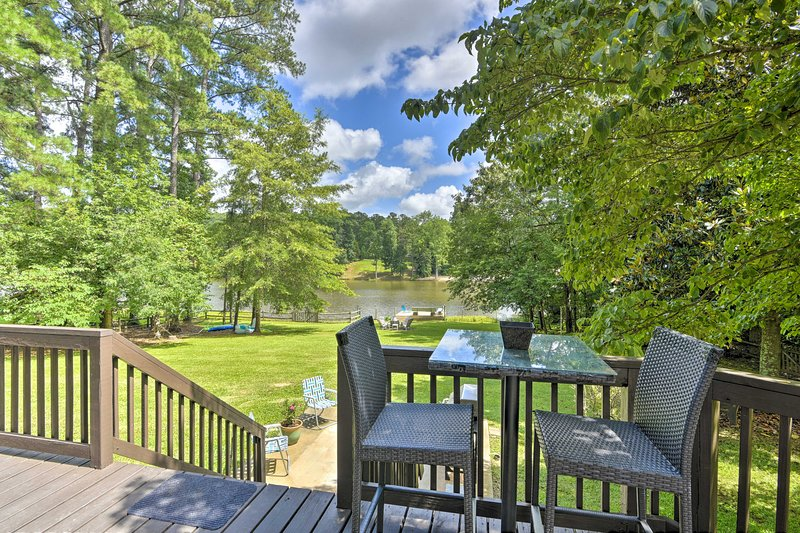 NEW! Lake & Golf Retreat w/ Dock & 2 Luxe Decks!, holiday rental in Olivia