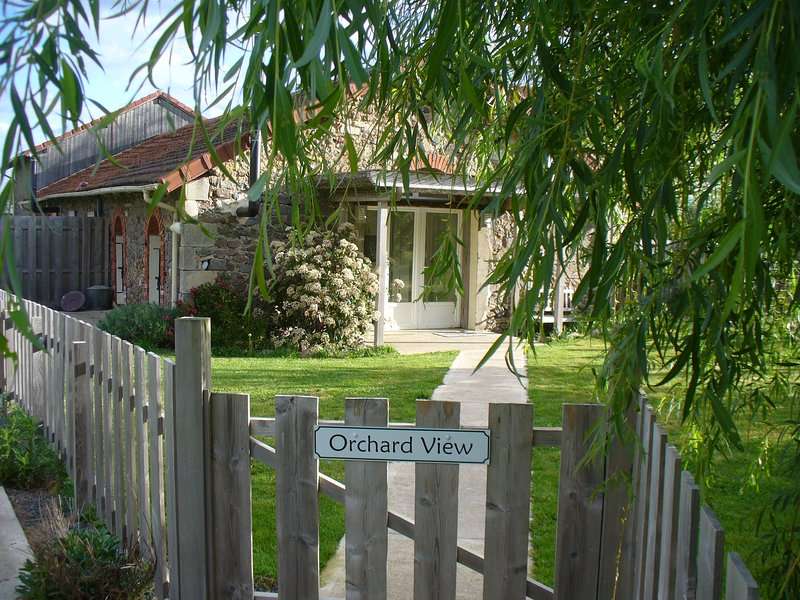 Wisdom Gites - Orchard View holiday cottage, holiday rental in Le Vigeant