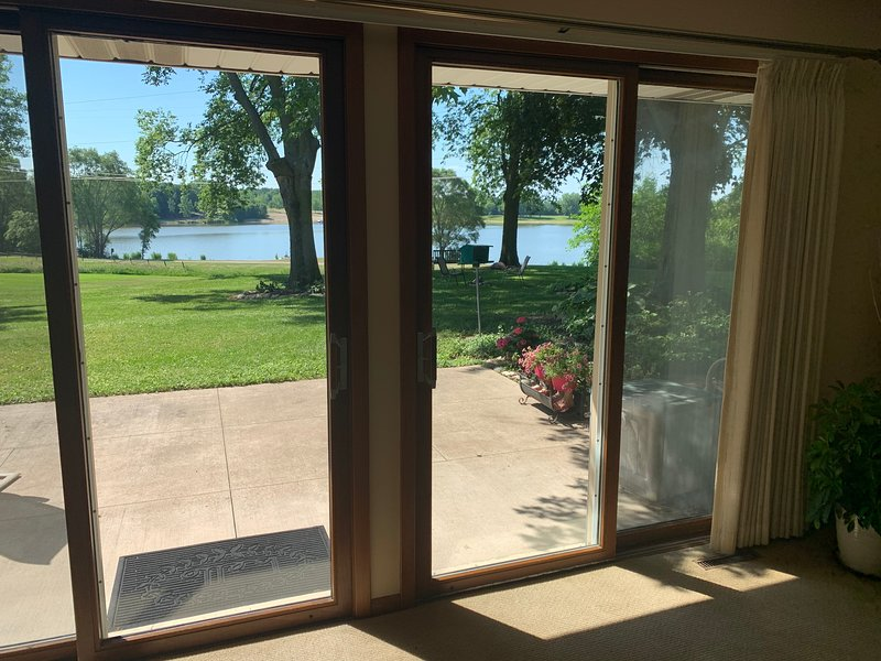 Quiet Lakefront Home on Private 60 Acre Lake Only 50 min From O'Hare, casa vacanza a Roscoe