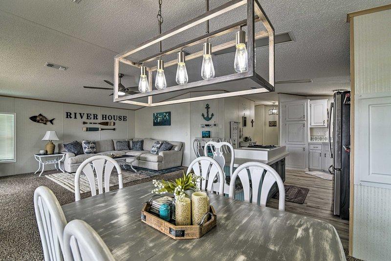 Retreat on the River w/ Boat Slip, Porch, & Grill!, alquiler vacacional en Homosassa Springs