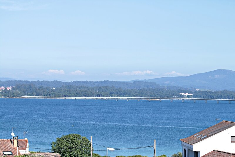 ATICO CON TERRAZA , VISTAS AL MAR, vacation rental in Illa de Arousa