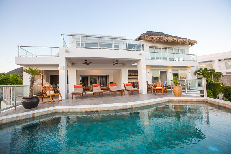 6 Bedroom Home, Private Pool & Maids Quarters, casa vacanza a Playa Maderas