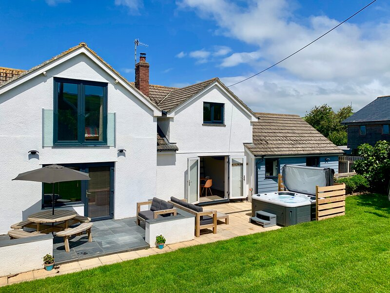 CROYDE Oceans Reach | Holiday House with hot tub - close to village and beach, location de vacances à Croyde