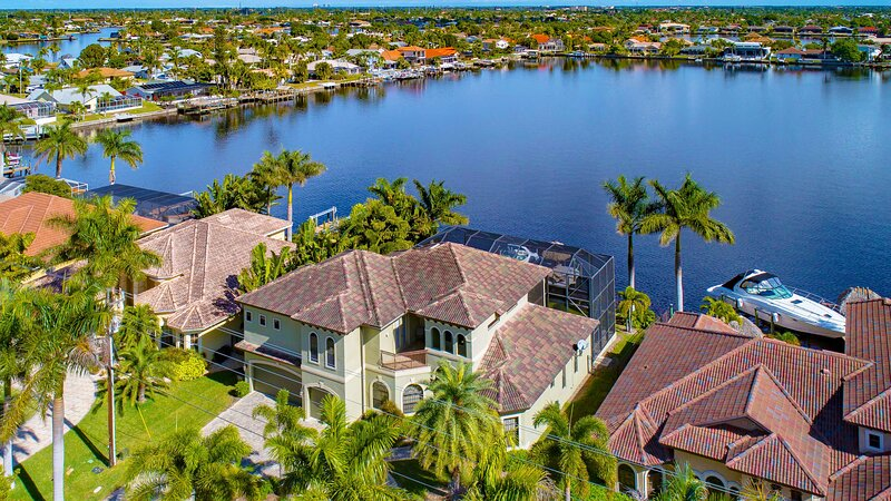 Tropical Waterfront Paradise with Gulf Access. Heated infinity pool and spa., vacation rental in Iona