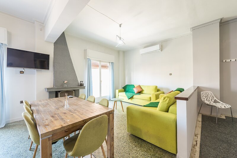 Space Paradise Grand Apartment very near Metro, holiday rental in Agia Varvara