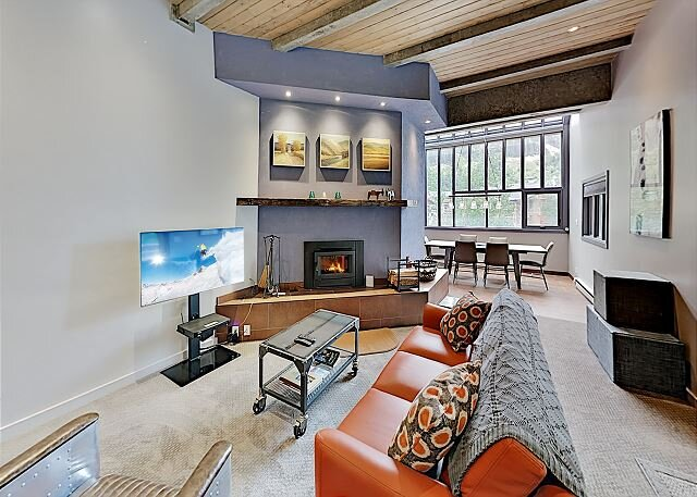 Steps to Slopes! Designer Ski Condo w/ Balcony, Fireplace & Covered Parking – semesterbostad i Taos Ski Valley