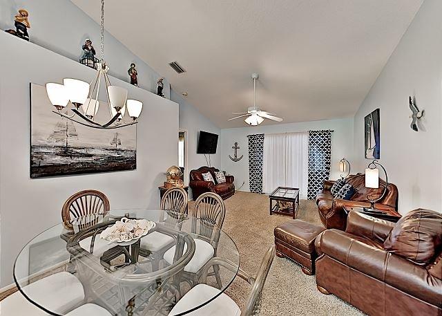 Dreamy Home w/ Sunroom, Yard & Pool - Minutes to Honeymoon Island State Park!, alquiler vacacional en Palm Harbor