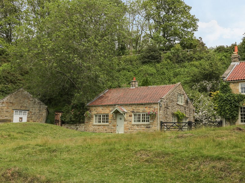 QUOITS COTTAGE, detached, woodburner, king-size bed, terraced garden with, holiday rental in Beck Hole
