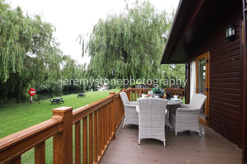 Luxury riverside lodge on the banks of the River Avon, location de vacances à Tiddington