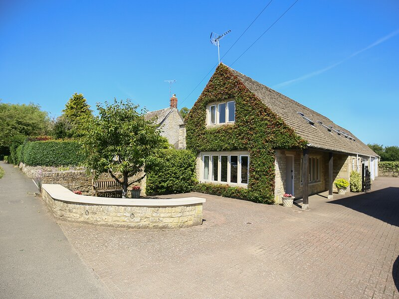 GABLES COTTAGE, open-plan living area, WiFi, Bibury, holiday rental in Cirencester