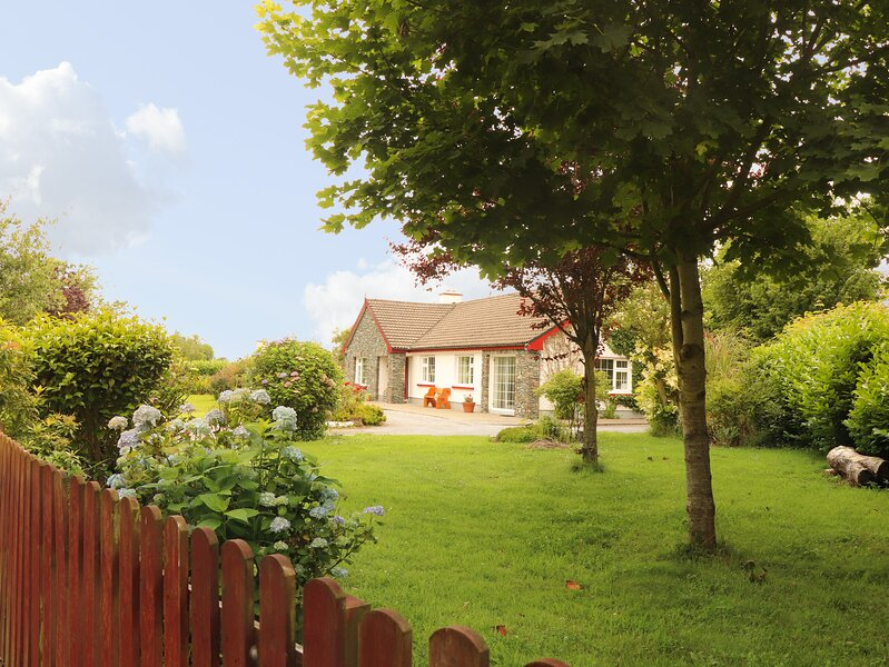 THE LODGE, detached, open fires, off road parking, garden, in Beaufort, Ref, holiday rental in Farranfore