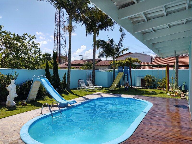 Casa Azul Com Piscina - B. Piçarras, alquiler vacacional en Picarras