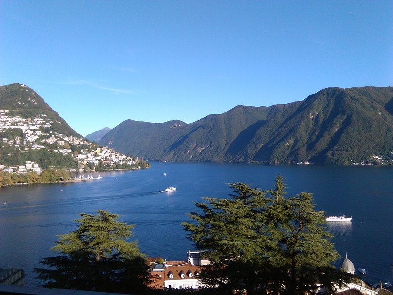 Lovely apartment with panoramic view on lake and city centre, location de vacances à Lugano