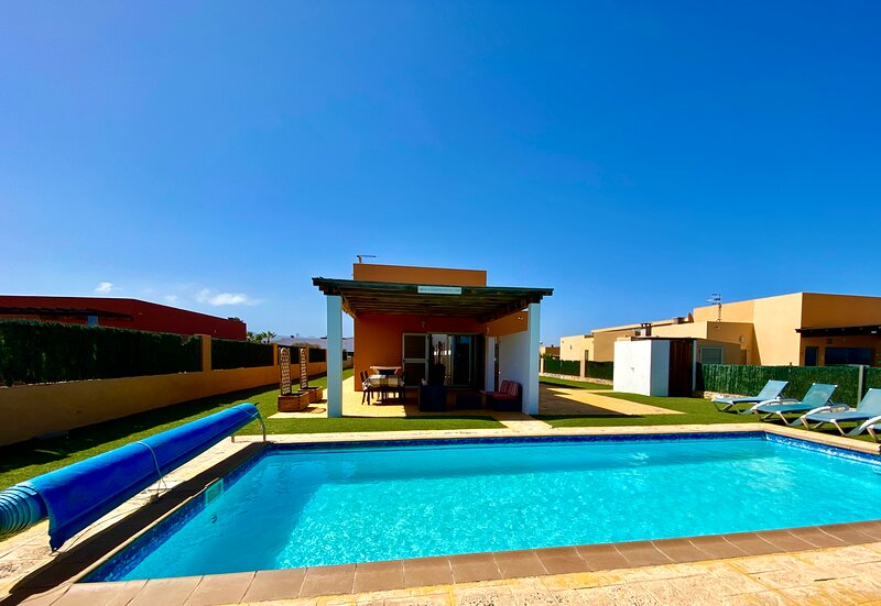 Luxury AirConditioned Villa With Private Heated Pool, Golf Course And Sea Views, location de vacances à Pozo Negro