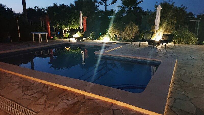 La piscina en la noche