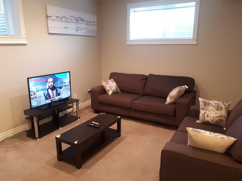 Exquisitely Furnished 2 Bedroom Suite with Heated Floors, holiday rental in Fort McMurray