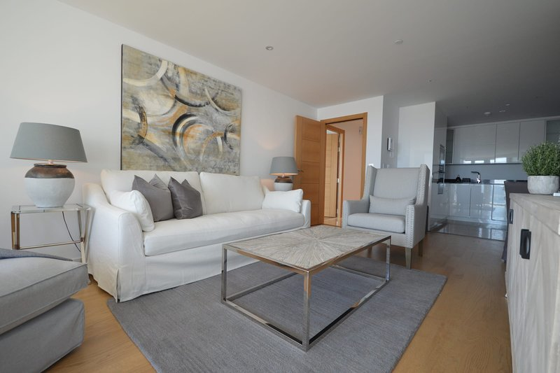 Luxury 3-bedroom apartment in Ocean Village, Ferienwohnung in Westside
