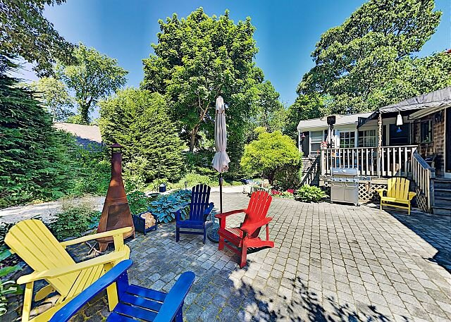 Cape Cod Getaway with Patio & 2 Decks | Near Main Street & Beach, location de vacances à Hyannis