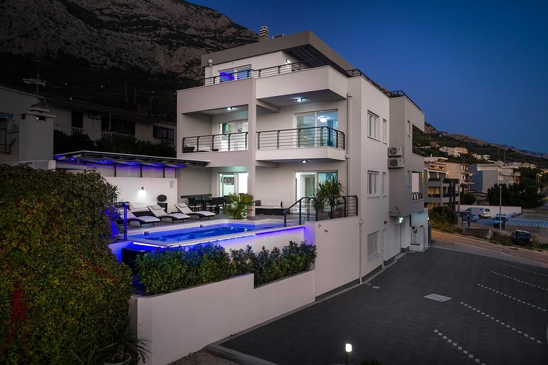 Villa Palladium in the Center with ***Heated Pool, ***Penthouse and ***Jacuzzi, alquiler vacacional en Makarska