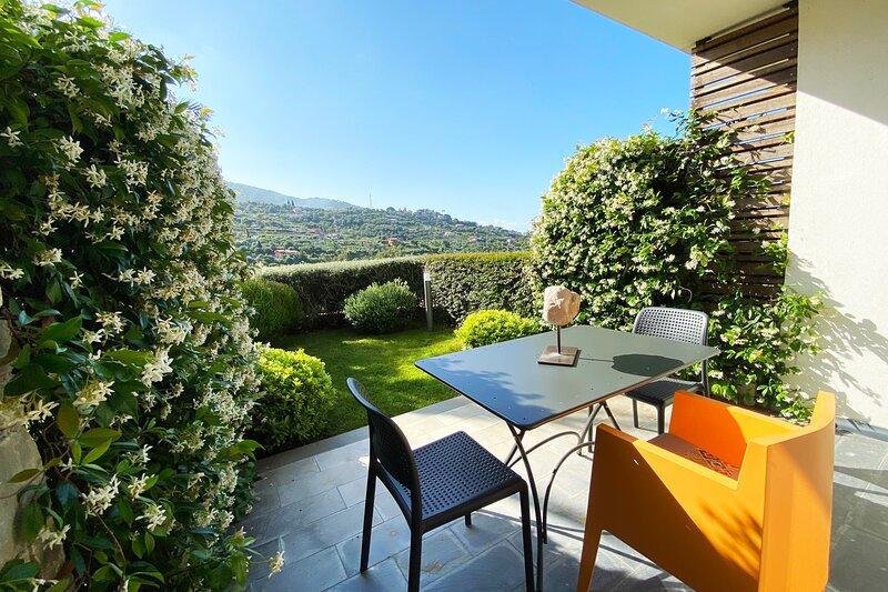 Pietraverdemare 2 Trilocale con rigoglioso giardino e box auto, holiday rental in Vallecrosia