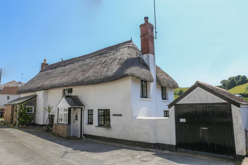Traditional Grade II listed Devon thatched cottage near to beach, South Devon, casa vacanza a Bantham