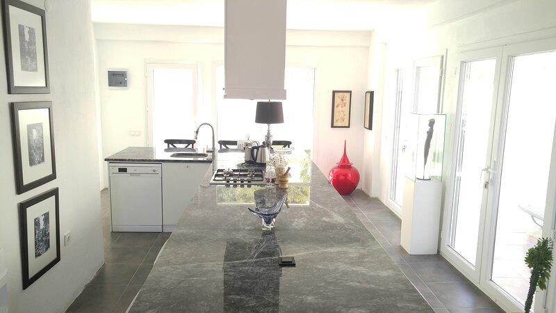 Luxury Villa close to City Centre, holiday rental in Palamutbuku