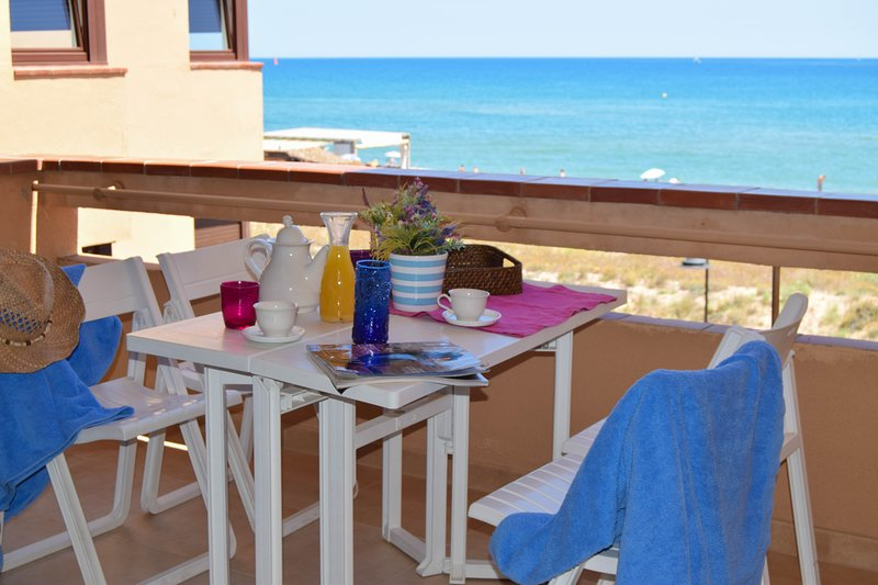 H5-Apartment in front of the beach - Two  double rooms . - Com. pool, vacation rental in Playa de Pals
