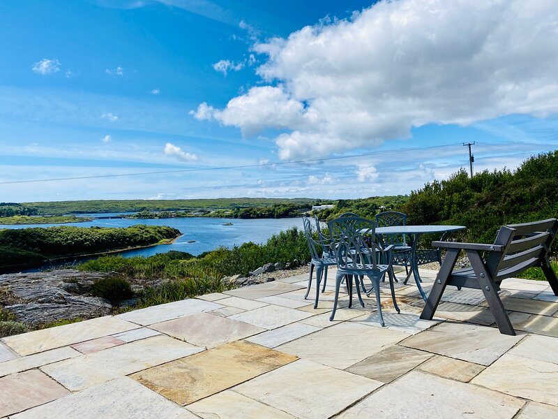 Salt Lake View House,a short walk from Clifden, quiet location, fabulous views!, vacation rental in Clifden