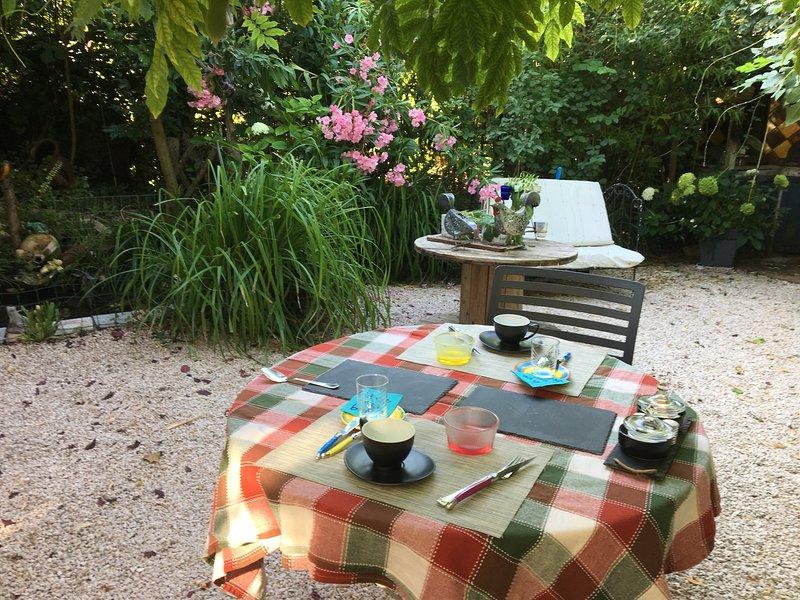 petit déjeuner servi dans notre jardin (10€ par personne)