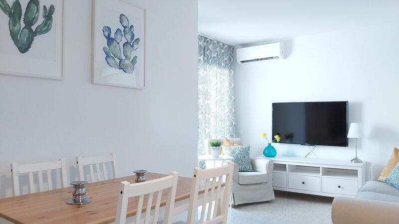 Salón-comedor con aire acondicionado, TV de 50', y acceso a la terraza