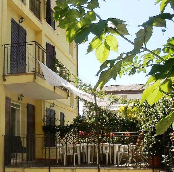Villa NORMA A bifamigliare 3 camere/3 bagni con giardino privato centralissima, vacation rental in San Mauro a Mare