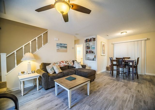 Pet Friendly Patio Home, .2 Miles From The Beach + FREE DAILY ACTIVITIES!, casa vacanza a North Myrtle Beach