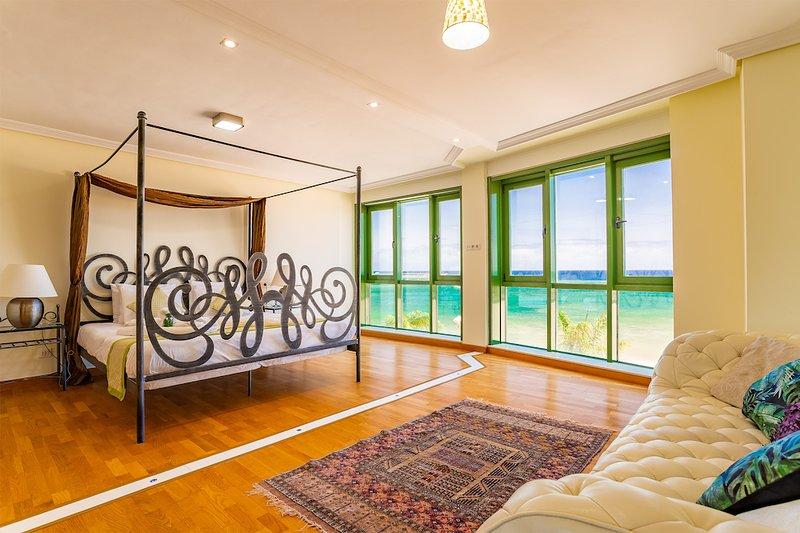 Arrecife Sands Beach Apartment, Sea Views, Cycle Path, Sea Front Promenade, Bars, casa vacanza a Arrecife