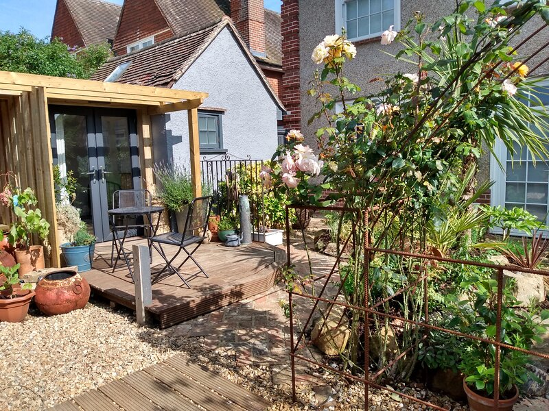Cosy & Quirky South Downs Garden Room, Sleeps 2, Ferienwohnung in Newhaven