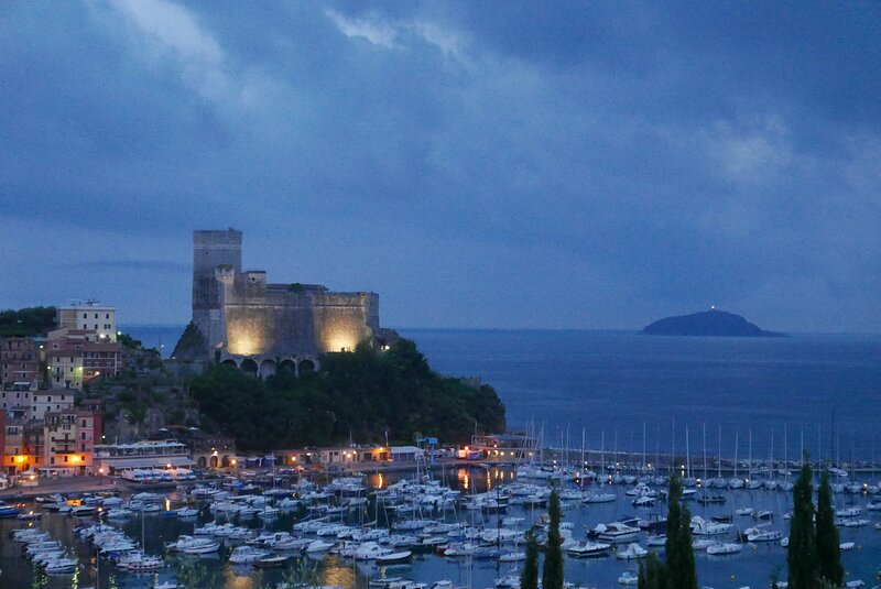 stunning view from top floor,,200 metres from sea, garage, location de vacances à Pugliola