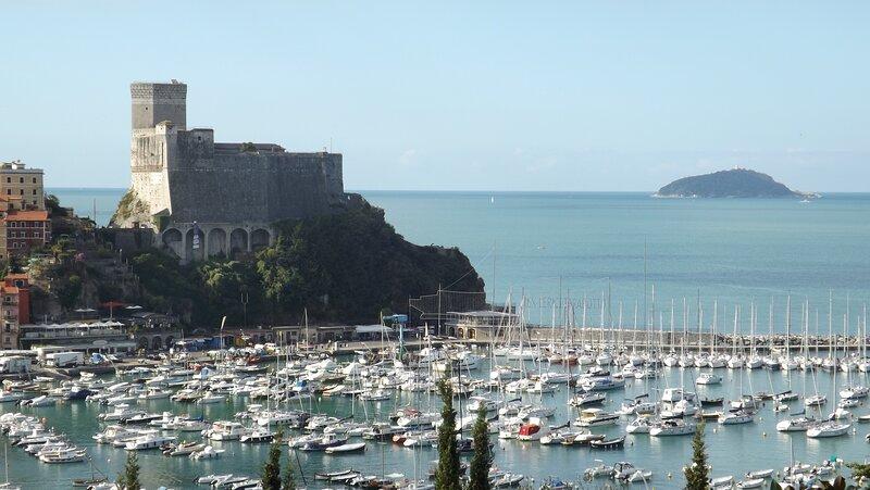 breathtaking view, 2 minutes walk from sea, garage -7 olivi, location de vacances à Pugliola