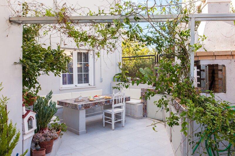 Ground-floor apartment with garden, location de vacances à Tsikalaria