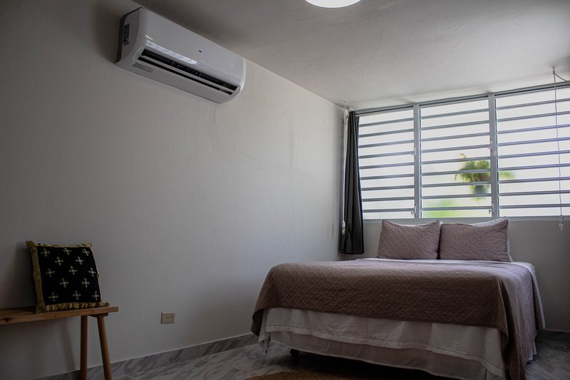 New & Spacious apartment steps from the beach!, holiday rental in Santurce