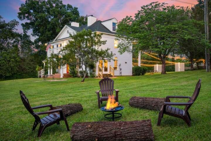 Colonial Manor ~ Over 5 Private Acres ~ Peaceful Setting ~ Easy 30 min drive to, vacation rental in Spring Hill