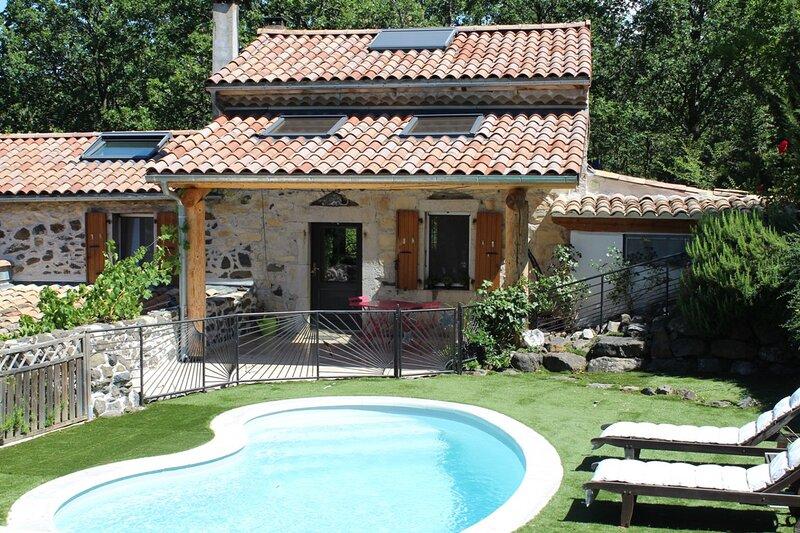Le Vallon des Etoiles-Sud Ardèche-gîte 'l'Atelier': nature,piscine privée et Spa, holiday rental in Darbres