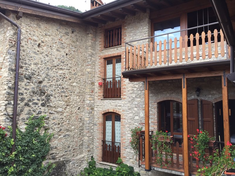 Characteristic holiday flats in Prabione with shared pool, alquiler vacacional en Tignale